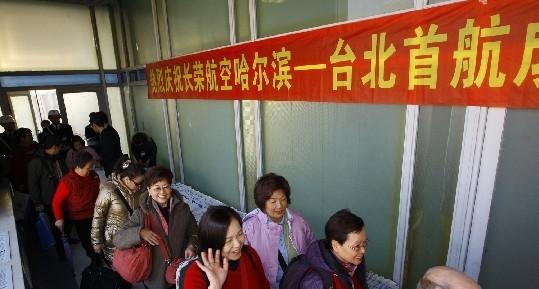 12月11日14时,由台北飞往哈尔滨的长荣航空股份有限公司(EVA Airways Corporation,简称长荣航空)空中客车A330客机平稳降落在哈尔滨太平国际机场(简称哈尔滨机场),标志着哈尔滨台北航线正式开通。   该航线由台湾长荣航空公司空中客车A330-200宽体客机执行,每周二、六、日飞行3班,航班号为BR767/8,10时30分从台北桃园机场起飞,14时到达哈尔滨太平国际机场,15时从哈尔滨机场起飞,18时55分到达台北桃园机场。单程飞行时间约3时40分。据了解,A330-2